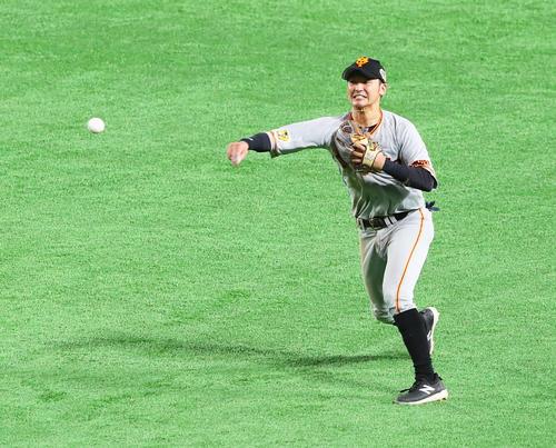 Softbank vs.  Giant 6th inning Softbank 2 dead base, Takashi Yoshikawa shows good defense against Nigoro Hasegawa (photographed by Masashi Adachi)