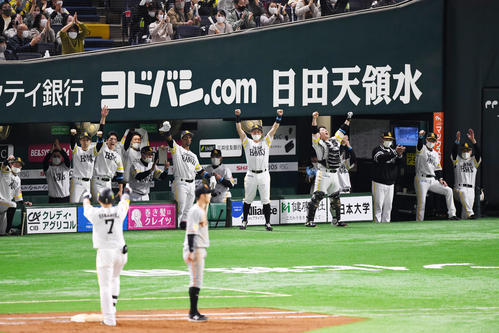 Softbank vs.  Gigantic 7th inning Softbank 1 Kill 1st, 2nd Base, Akira Nakamura's right front hit in time to score runs and rejoice Softbank Nine (photographed by Kenta Yokoyama)