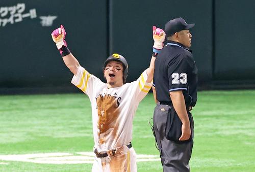 Softbank vs.  Giant 7th inning Softbank 1 Kill 1st, 2nd base, Akira Nakamura survives with a timely hit and guts pose Nobu Matsuda (photographed by Kenta Tadashi)