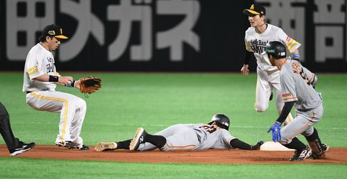 Softbank vs.  Giant 1st inning Giant non-death second base, it is safe, even when second baser Takashi Yoshikawa is caught in Matsubara's catcher-field selection.  Matsubara is sandwiched between the first and second bases and out (photographed by Kozo Imanami)
