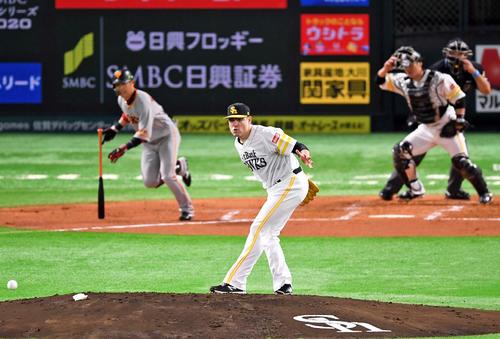 Softbank vs.  Giant 2nd inning Giant 1 kills 2nd base, Moore kills Kamei in a double kill (photographed by Kenta Yokoyama)