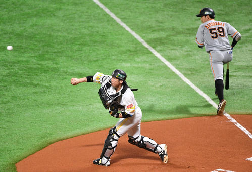 Softbank vs.  Giant 1st inning Giant non-death second base, Kai threw the hit ball to Matsubara (right) who tried to bunt to third base (photographed by Shota Iwashita)