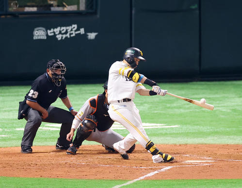 Softbank vs.  Giant 3rd inning Softbank 2 dead at 2nd base, Akira Nakamura hits 2 runs at home base over first right (photographed by Kenta Tadashi)