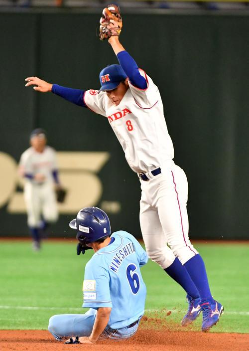 ホンダ対大阪ガス 1回裏大阪ガス1死一塁、峰下は盗塁を決める。右は桧村遊撃手(撮影・柴田隆二)
