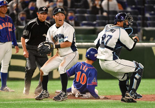日本製紙石巻対西部ガス 1回裏西部ガス1死三塁、田場の遊ゴロで三塁走者井手は三本間に挟まれアウトになる。左は大保三塁手。右は水野捕手(撮影・柴田隆二)