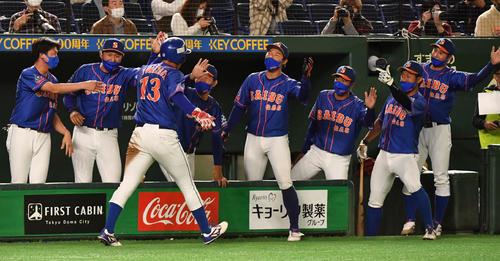 日本製紙石巻対西部ガス 7回裏西部ガス1死一、二塁、山中の左前適時打で二塁走者米沢が生還しナインの出迎えを受ける(撮影・柴田隆二)