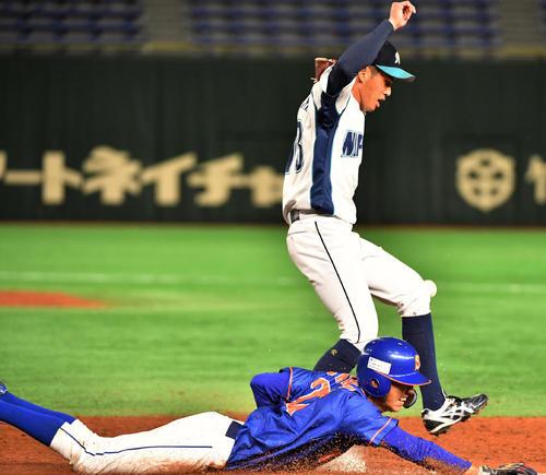 日本製紙石巻対西部ガス 7回裏西部ガス2死二塁、大久保は二塁に内野安打を放ちヘッドスライディングする。その間に二塁走者が生還する。上は宮内投手(撮影・柴田隆二)