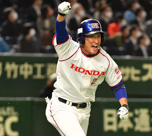 ホンダ対大阪ガス 3回表ホンダ1死一、三塁、佐藤は左越えに本塁打を放ちガッツポーズする(撮影・柴田隆二)
