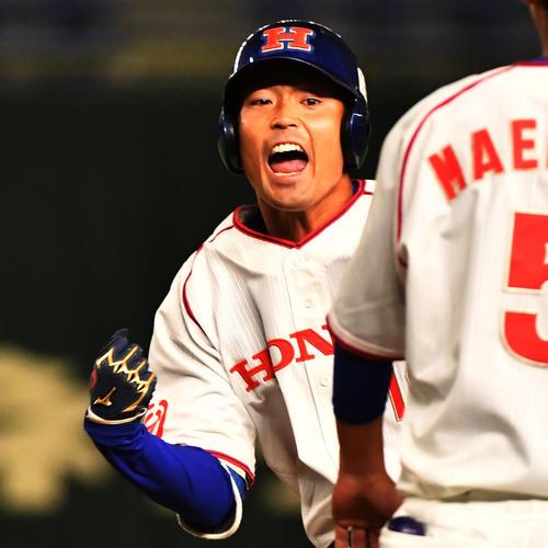 ホンダ対大阪ガス 3回表ホンダ1死満塁、井上は左前に適時打を放ちガッツポーズする(撮影・柴田隆二)