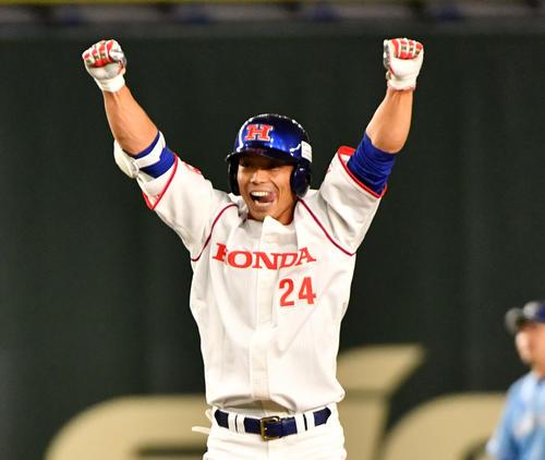 ホンダ対大阪ガス 3回表ホンダ1死一、二塁、鈴木は左中間に適時打を放ちガッツポーズする(撮影・柴田隆二)