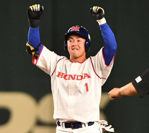 ホンダ対大阪ガス 3回表ホンダ1死満塁、吉田は左中間に満塁一掃の適時二塁打を放ちガッツポーズする(撮影・柴田隆二)