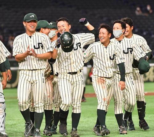 三菱自動車岡崎対JR東日本 9回裏JR東日本無死二塁、サヨナラ本塁打の佐藤拓也(左から2人目)はナインと喜び合う。左端は伊藤将司(撮影・柴田隆二)