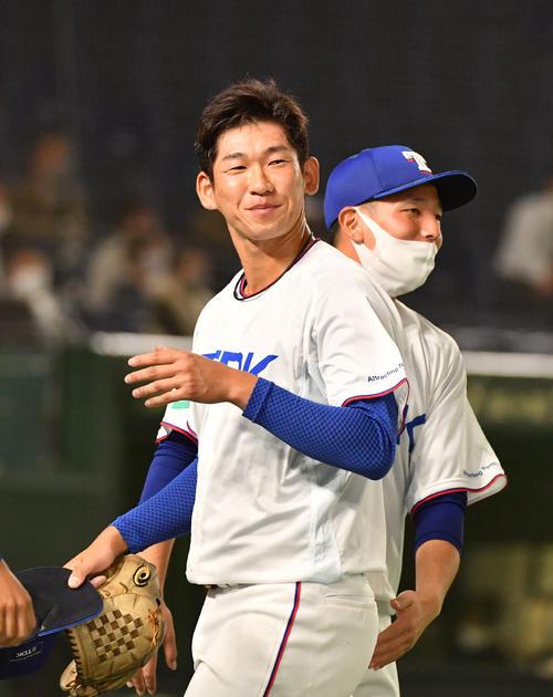 日本新薬対TDK 3回表日本新薬2死満塁、北川を右飛に仕留め笑顔を見せるTDK・鈴木(撮影・柴田隆二)