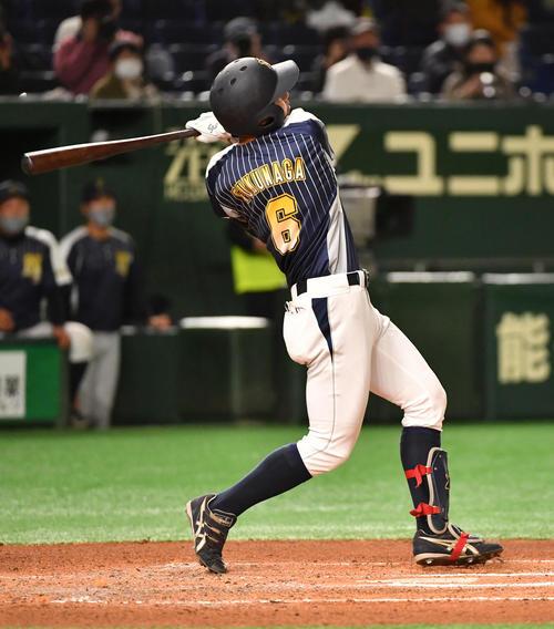 日本新薬対TDK 5回表日本新薬1死一塁、福永は左越えに本塁打を放つ(撮影・柴田隆二)