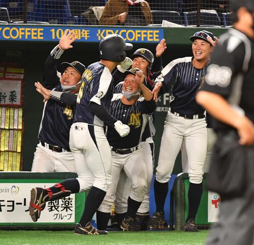 日本新薬対TDK 5回表日本新薬1死一塁、福永は左越えに本塁打を放ちナインの出迎えを受ける(撮影・柴田隆二)