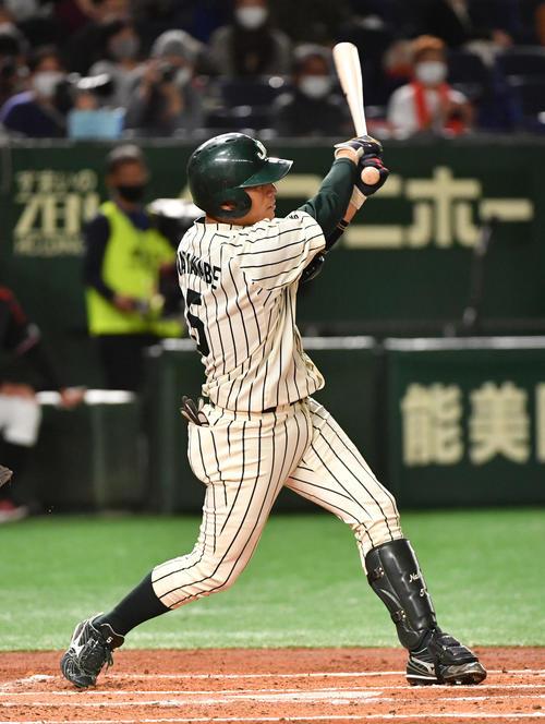 三菱自動車岡崎対JR東日本 1回裏JR東日本1死満塁、渡辺は左前に適時打を放つ(撮影・柴田隆二)