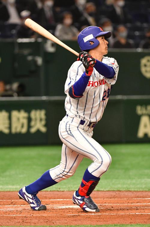 日本通運対ホンダ熊本 1回裏ホンダ鈴鹿無死、山本卓は右越えに先頭打者本塁打を放つ(撮影・柴田隆二)