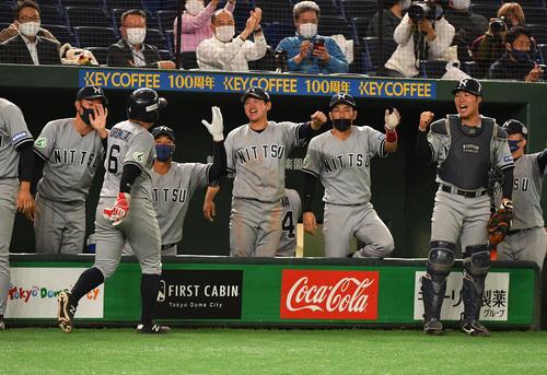 日本通運対ホンダ熊本 5回表日本通運1死一、二塁、添田の右前適時打で二塁走者見里が生還しナインの出迎えを受ける(撮影・柴田隆二)