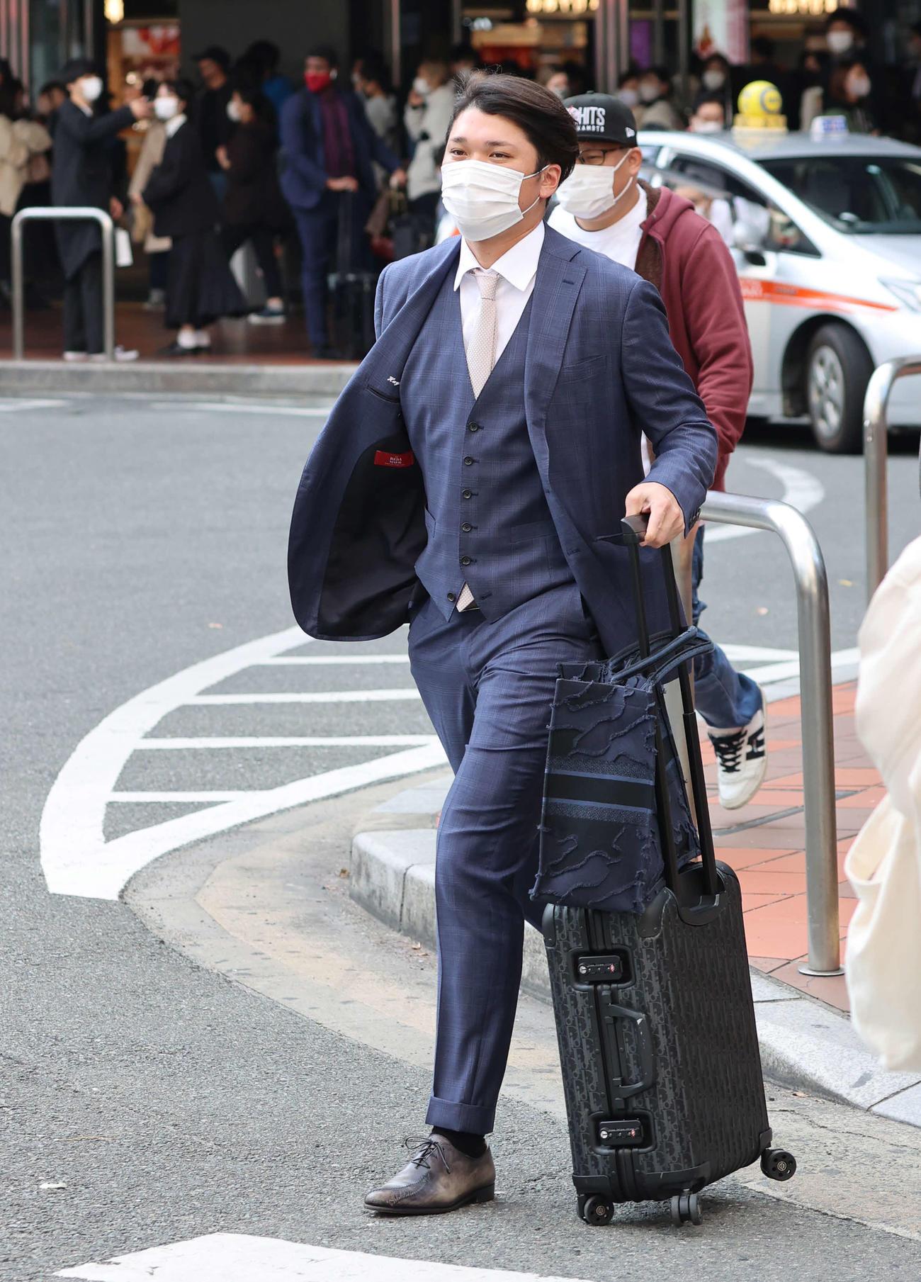 福岡に到着し、迎えのバスに向かって歩く巨人坂本(撮影・河野匠)