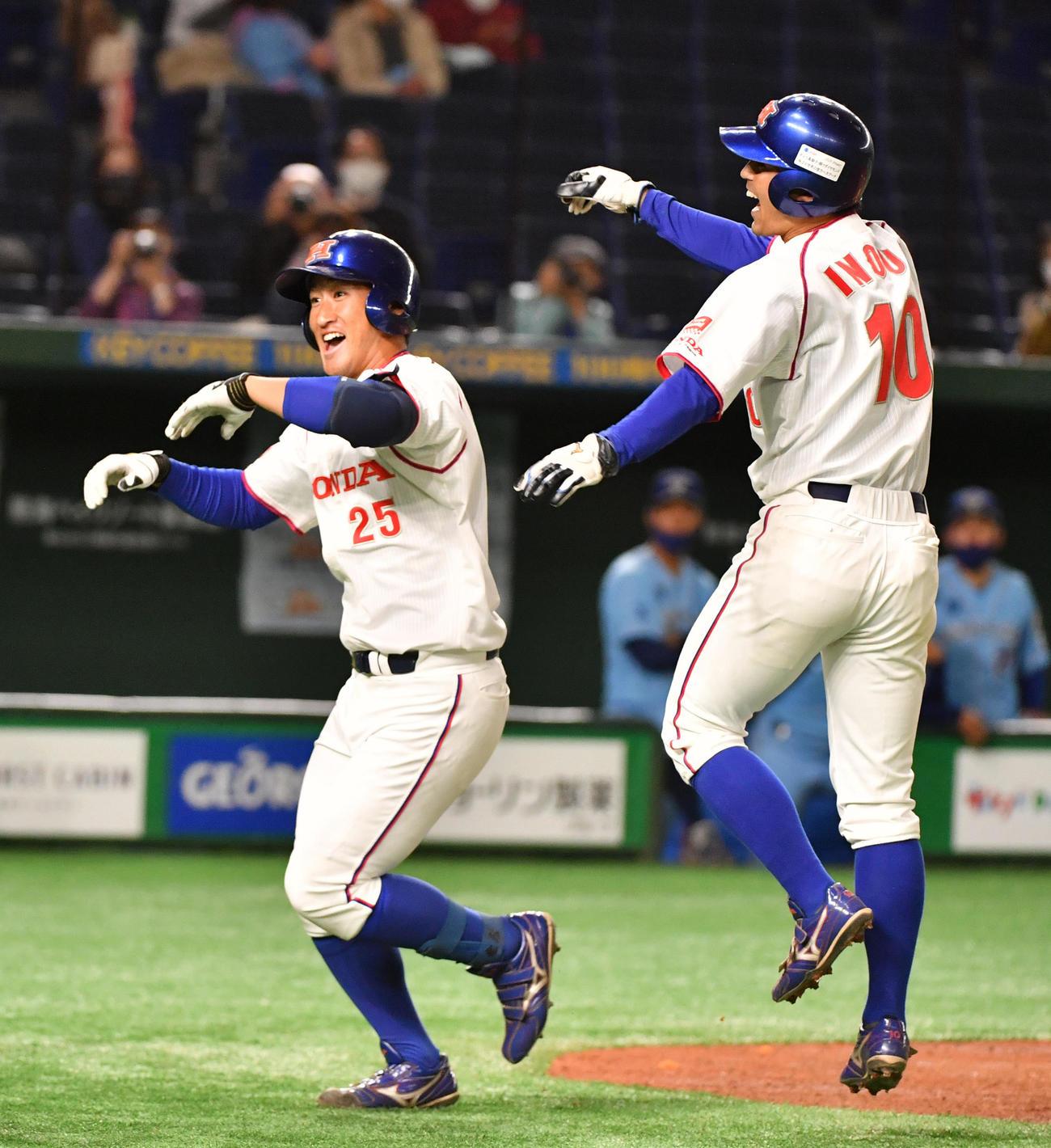 ホンダ対大阪ガス 3回表ホンダ1死一、三塁、佐藤(左)は左越えに本塁打を放ち井上と喜び合う(撮影・柴田隆二)