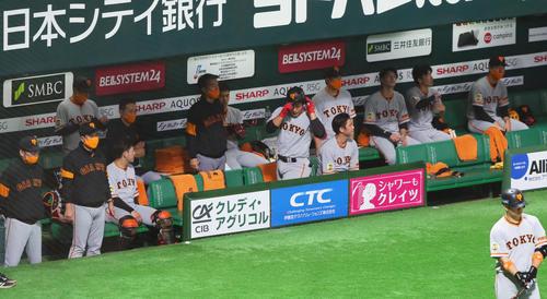 ソフトバンク対巨人 6回表巨人無死、遊ゴロに倒れベンチに戻る岡本(中央)。左から2人目は原監督(撮影・足立雅史)