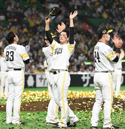 ソフトバンク対巨人 日本シリーズを制しスタンドのファンに手を挙げる栗原(撮影・今浪浩三)