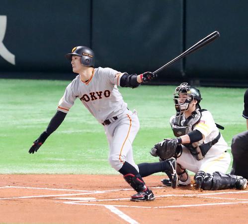 ソフトバンク対巨人 1回表巨人無死、若林晃弘は右中間へ二塁打を放つ(撮影・加藤哉)
