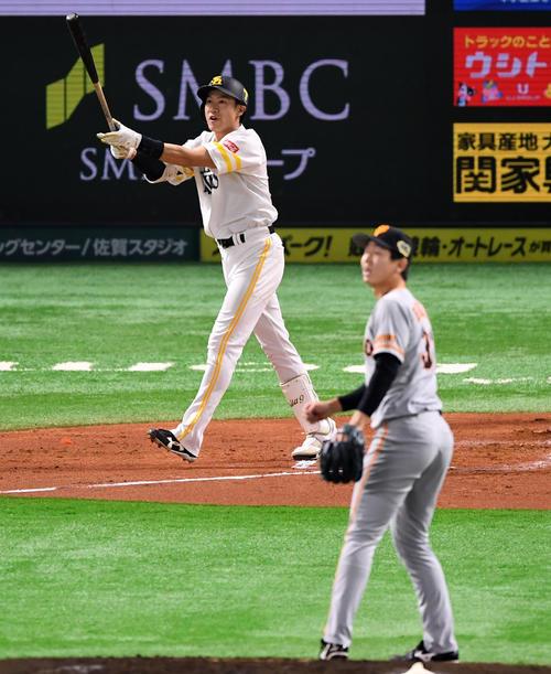 ソフトバンク対巨人 1回裏ソフトバンク1死二塁、右越え2点本塁打を放つ柳田(撮影・横山健太)