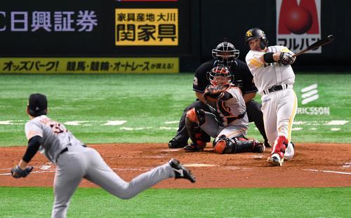 ソフトバンク対巨人 2回裏ソフトバンク2死一塁、左越え2点本塁打を放つ甲斐(撮影・横山健太)