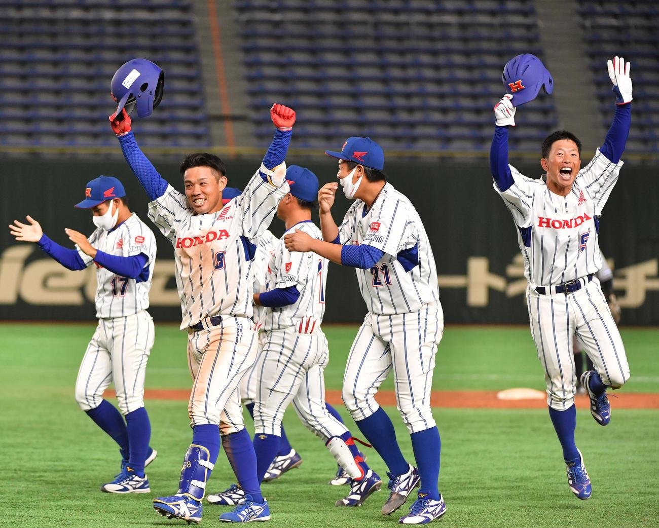 日本通運対ホンダ熊本 タイブレーク10回裏ホンダ熊本2死満塁、和田(左から2人目)は左前にサヨナラ打を放ちガッツポーズする(撮影・柴田隆二)