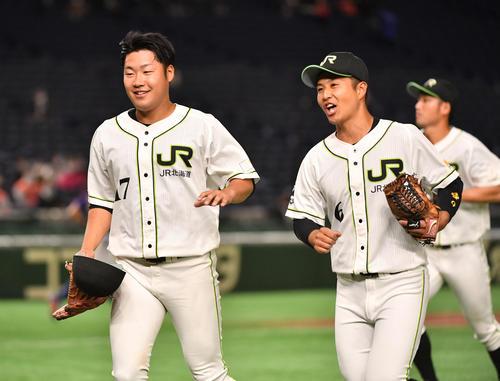 JR北海道クラブ対NTT東日本 2回を終えたJR北海道クラブ・伊藤(左)と西山は笑顔でベンチに戻る(撮影・柴田隆二)