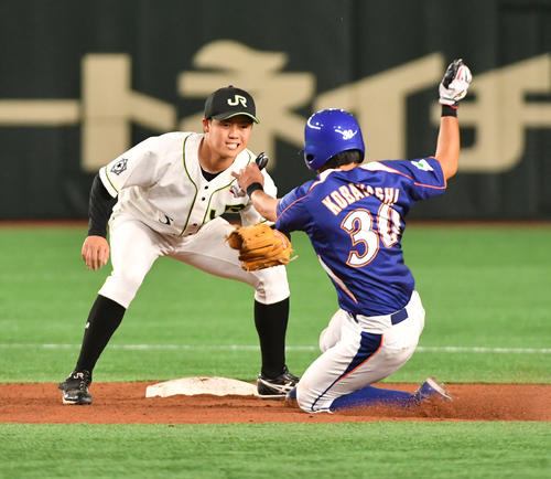 JR北海道クラブ対NTT東日本 3回裏NTT東日本2死一塁、一塁走者小林が盗塁を試みるがアウトになる。左はJR北海道クラブ・福田二塁手(撮影・柴田隆二)