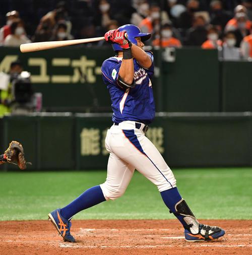 JR北海道クラブ対NTT東日本 4回裏NTT東日本2死二塁、火ノ浦は中前に適時打を放つ(撮影・柴田隆二)