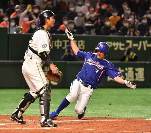 JR北海道クラブ対NTT東日本 4回裏NTT東日本2死二塁、火ノ浦の中前適時打で二塁走者下川が生還する。捕手井内(撮影・柴田隆二)