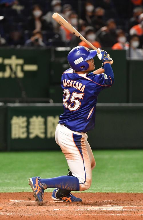 JR北海道クラブ対NTT東日本 6回裏NTT東日本1死、桝沢は左中間に二塁打を放つ(撮影・柴田隆二)