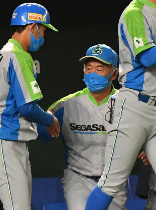 三菱自動車倉敷オーシャンズ対セガサミー 2回戦を勝ったセガサミー・西田監督(右)はコーチと握手する(撮影・柴田隆二)