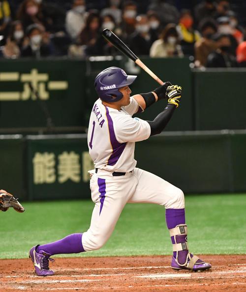 日立製作所対ヤマハ 3回裏ヤマハ1死一、二塁、矢幡は左中間に2点適時二塁打を放つ(撮影・柴田隆二)