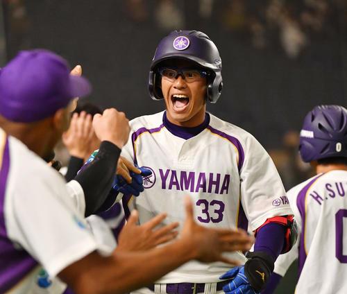 日立製作所対ヤマハ 5回裏ヤマハ2死一、三塁、笠松は左中間に3点本塁打を放ちナインの出迎えを受ける(撮影・柴田隆二)
