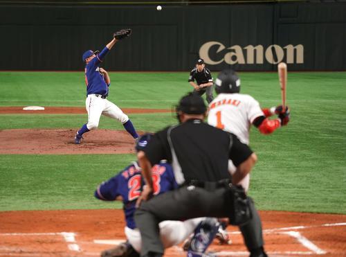 ENEOS対ホンダ 1回表ENEOS2死一、二塁、ホンダ・東野から中前に先制の適時打を放つENEOS・山崎(撮影・菅敏)