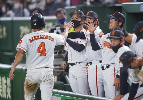 ENEOS対ホンダ 1回表ENEOS2死一、二塁、打者・山崎の先制の適時打で二塁から生還し、ナインに迎えられるENEOS・小豆沢(左端)(撮影・菅敏)