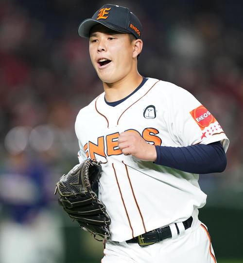 ENEOS対ホンダ初回の投球を終え、ベンチに戻るENEOS・藤井(撮影・菅敏)