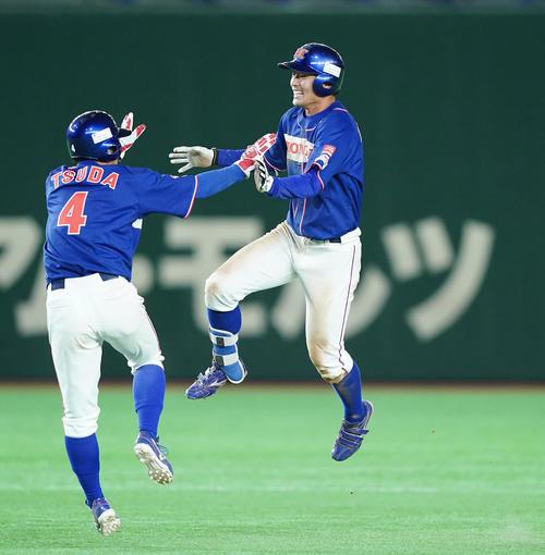 ENEОS対ホンダ 10回裏ホンダ1死満塁、サヨナラの2点適時打を放ち、津田(左)と抱き合って喜ぶホンダ・井上(撮影・菅敏)