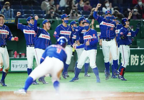 ENEОS対ホンダ 10回裏ホンダ1死満塁、打者・井上彰吾のサヨナラの2点適時打で勝利し、喜びを爆発させるホンダナイン(撮影・菅敏)