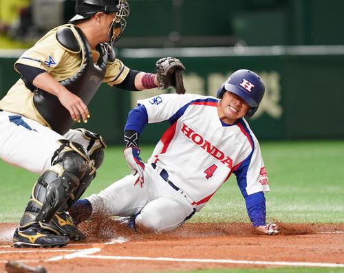 NTT西日本対ホンダ鈴鹿 1回裏ホンダ鈴鹿1死二塁、貞光の右前打で二塁から本塁を狙うもアウトとなるホンダ鈴鹿・松本(撮影・菅敏)