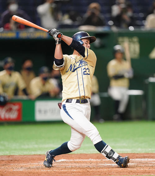 NTT西日本対ホンダ鈴鹿 3回表NTT西日本1死二塁、右越えに逆転の2点本塁打を放つNTT西日本・酒井(撮影・菅敏)