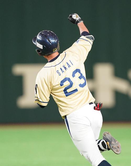 NTT西日本対ホンダ鈴鹿 3回表NTT西日本1死二塁、右越えに逆転の2点本塁打を放ち、ダイヤモンドを回りながらガッツポーズを見せるNTT西日本・酒井(撮影・菅敏)