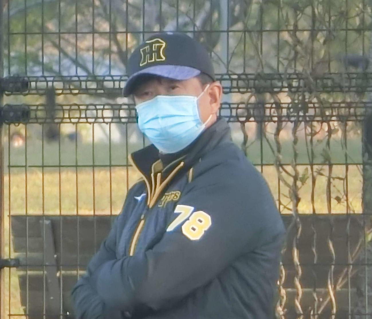 試合後、サブグラウンドで投内連係の練習を見守る阪神平田2軍監督