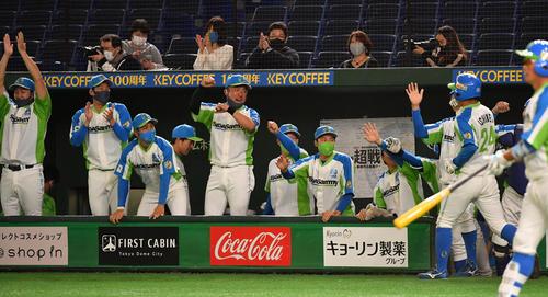 準々決勝セガサミー対NTT西日本 2回表セガサミー2死二塁、吉田の左翼線適時二塁打で二塁走者市根井が生還しナインの出迎えを受ける(撮影・柴田隆二)
