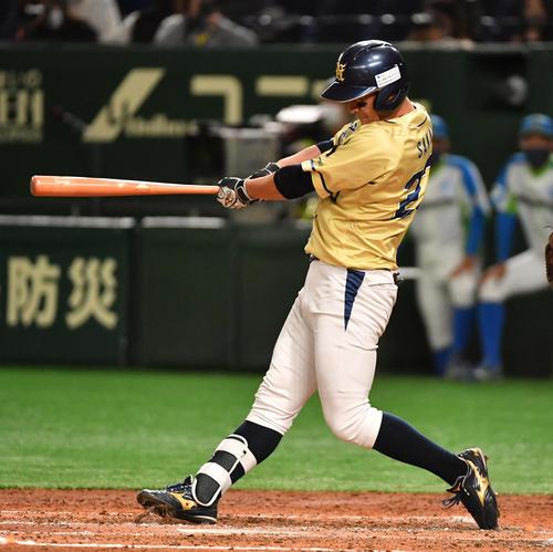 準々決勝セガサミー対NTT西日本 3回裏NTT西日本2死二塁、酒井は右中間に適時三塁打を放つ(撮影・柴田隆二)