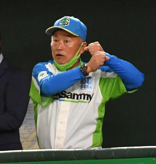 準々決勝セガサミー対NTT西日本 サインを出す元広島のセガサミー・西田監督(撮影・柴田隆二)